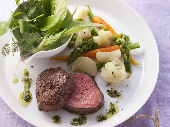 Rinderlende mit Gemüse und grünem Dip