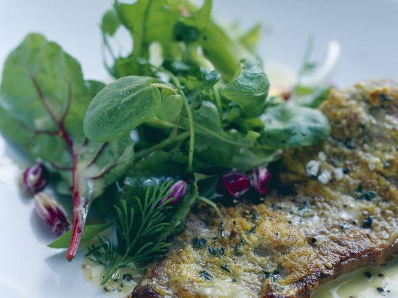 Rinderlende mit Senf-Thymian-Haube und frischem Kräutersalat