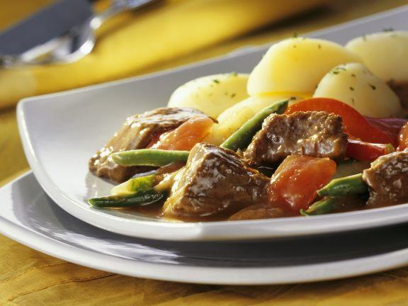 Rinderragout mit Gemüse und Petersilienkartoffeln