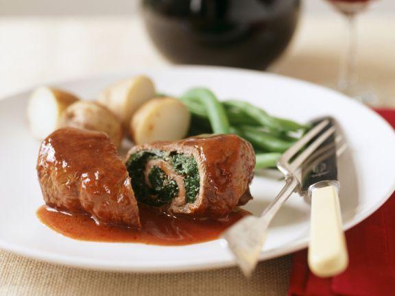 Rinderroulade mit Spinat gefüllt, dazu Rotweinsoße