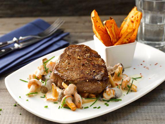 Rindersteak mit Pilzsauce und Süßkartoffelwedges