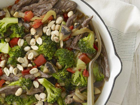 Rinderstreifen mit Erdnüssen und Brokkoli
