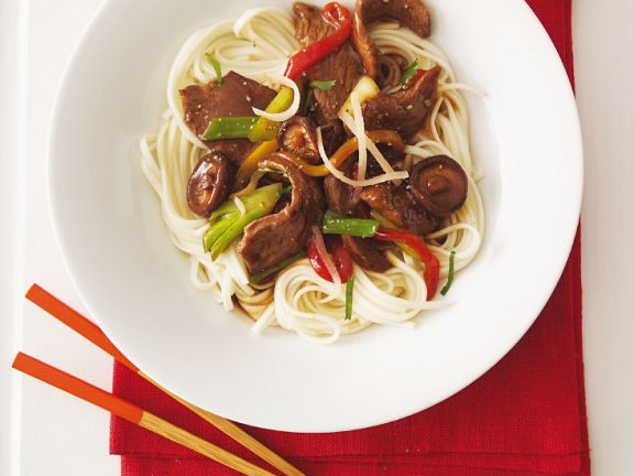 Rindfleisch-Gemüse-Wok mit Nudeln