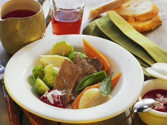 Rindfleisch mit buntem Gemüse und Rote-Bete-Soße