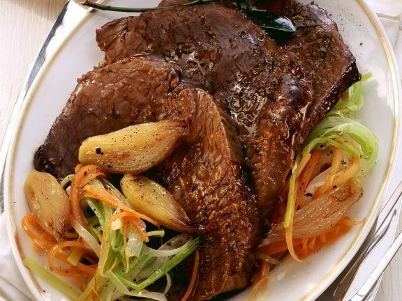 Rindfleisch mit Gemüsestreifen und Zwiebeln
