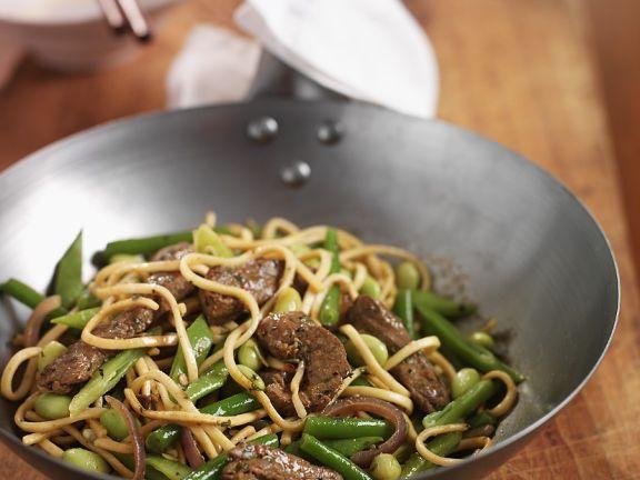 Rindfleisch mit Nudeln und Gemüse aus dem Wok