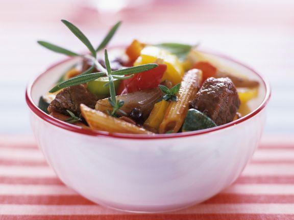 Rindfleischragout mit Gemüse und Vollkornnudeln