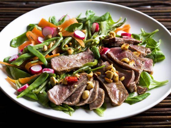 Rindfleischsalat mit Erdnusskernen