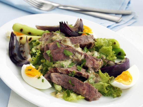 Rindfleischsalat mit Frühlingszwiebeln und Ei