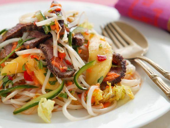 Rindfleischsalat nach thailändischer Art mit Mango und Gemüse