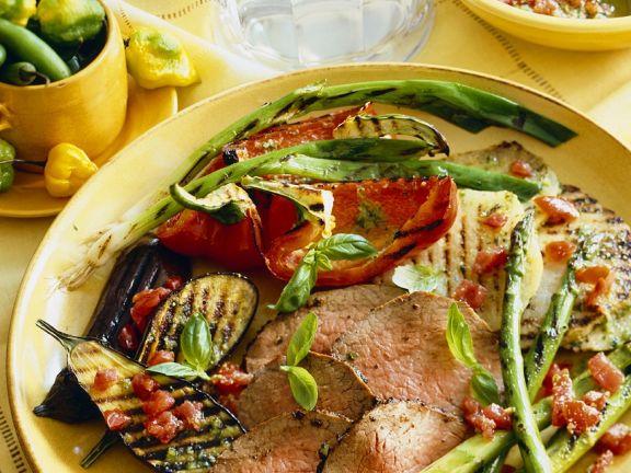 Rindfleischscheiben und Gemüse vom Grill