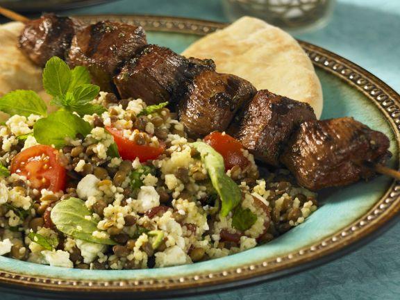 Rindfleischspieß und Couscoussalat mit Linsen