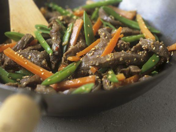 Rindfleischstreifen mit Gemüse und Sesam aus dem Wok