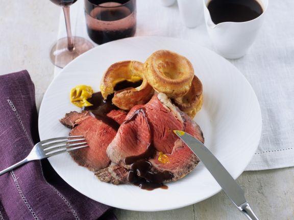 Roastbeef am Knochen gebraten mit Gravy und Yorkshire-Pudding
