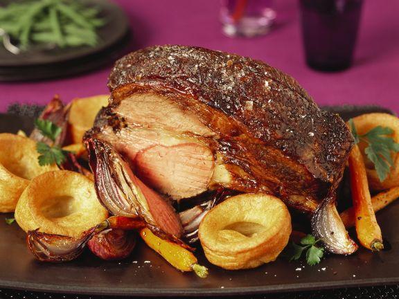 Roastbeef und Yorkshire-Pudding mit Karotten und roten Zwiebeln