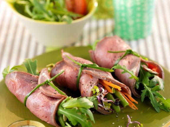 Röllchen vom Roastbeef mit Salat