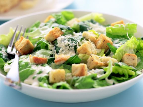 Römersalat mit Croutons und Parmesan (Caesar Salad)