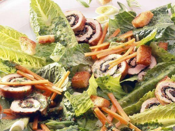 Römersalat mit Möhren und Putenroulade