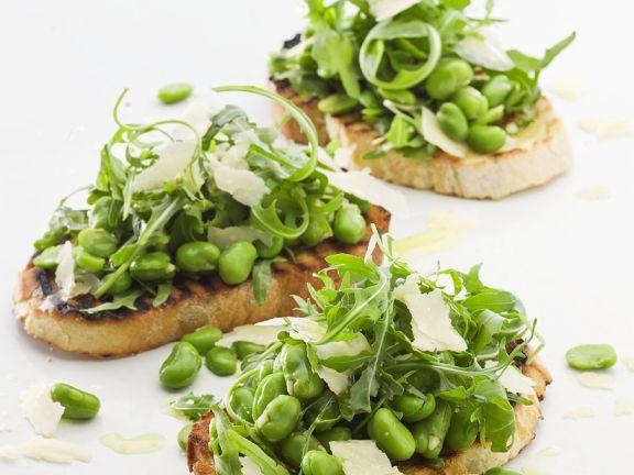 Röstbrot mit Bohnen, Parmesan und Salat