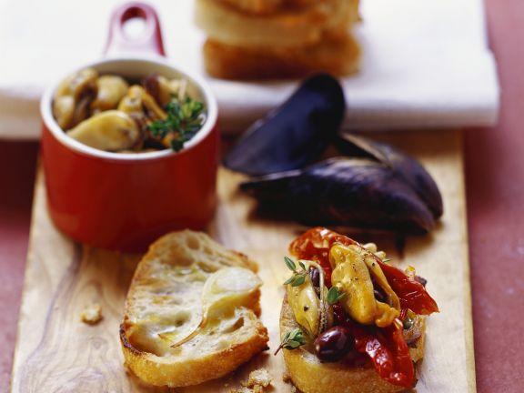 Röstbrot mit Bouchot-Muscheln, getrockneten Tomaten und Oliven