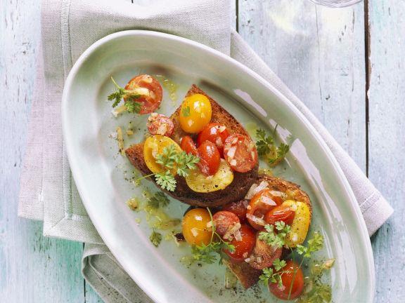 Röstbrot mit gelben und roten Tomaten