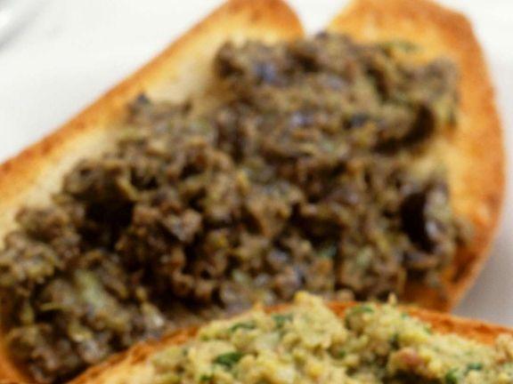 Röstbrot mit grünem Olivenaufstrich