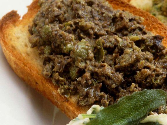 Röstbrot mit schwarzem Olivenaufstrich