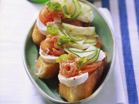 Röstbrote mit Shrimps, Tomaten und Mozzarella