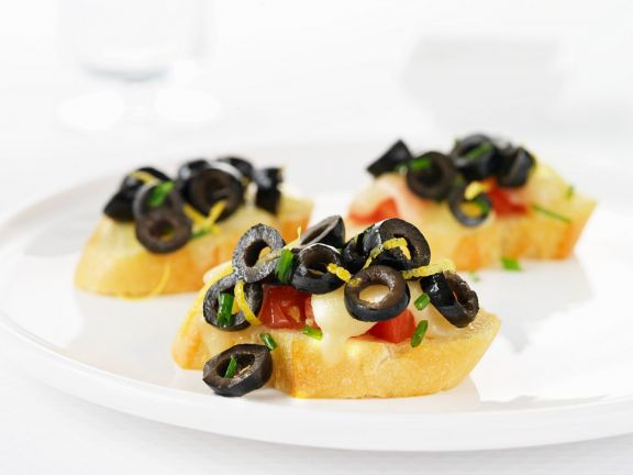 Röstbrote mit Tomaten, Oliven und Mozzarella