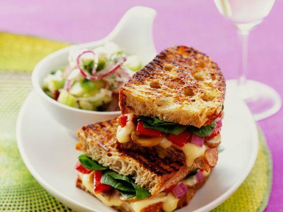 Röstbrotsandwiches mit Gemüse