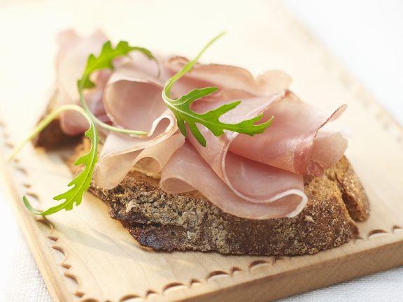 Roggenbrot mit Schinken und Salat