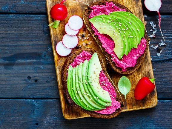 Roggenbrote mit Avocado und Rote-Bete-Aufstrich