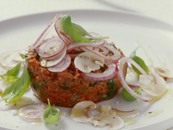 Rohes Rinderhackfleisch mit Kapern, roten Zwiebeln und Oliven