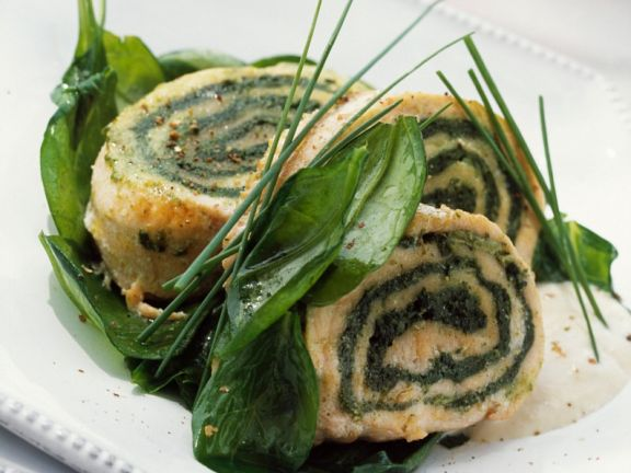 Rolle aus Lachs und Spinat mit Käsesauce