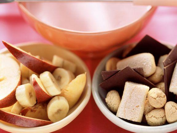 Rosa Joghurt-Fondue mit Obst, Schokolade und Keksen