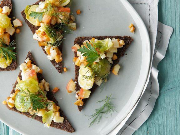 Rosenkohl mit Früchten auf Brotecken