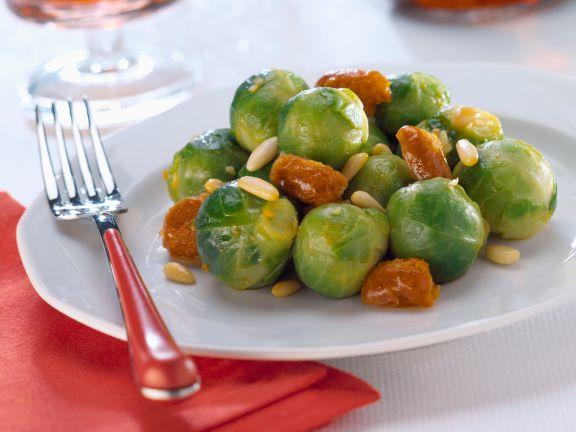 Rosenkohl mit Trockenfrüchten und Pinienkernen