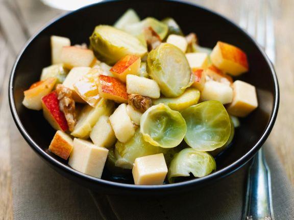 Rosenkohlsalat mit Apfel und Käse
