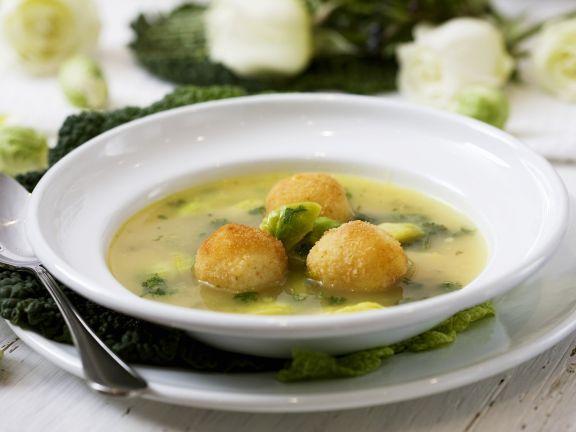 Rosenkohlsuppe mit gebackenen Kartoffelbällchen