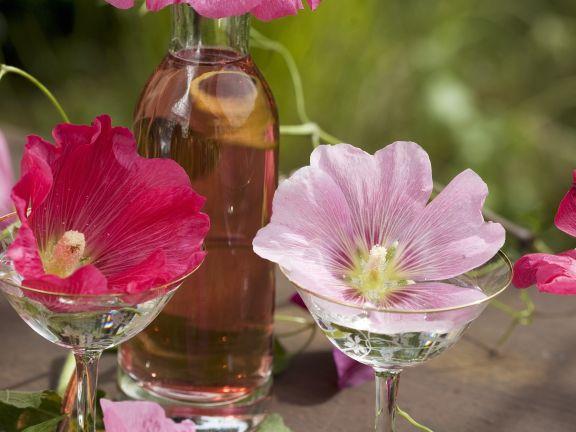 Rosenlikör mit Stockrosenblüten