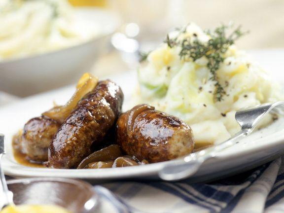 Rostbratwürste mit Zwiebeln und Kartoffelbrei
