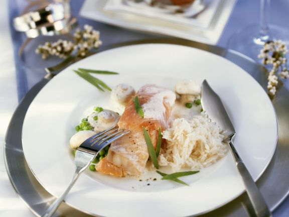 Rotbarsch mit geräuchertem Lachs und Erbsen-Champignon-Soße