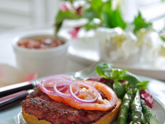 Rote-Bete-Burger mit grünem Spargel