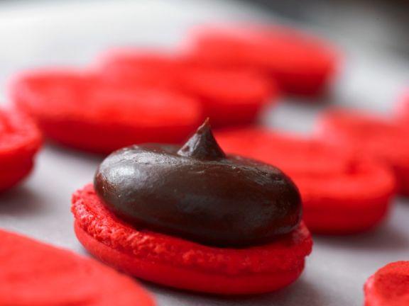 Rote Macarons mit Schokocreme