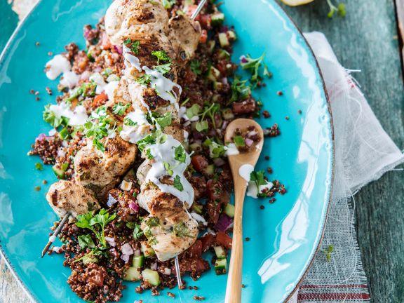 Roter Quinoasalat mit Hähnchenspießen und Joghurt