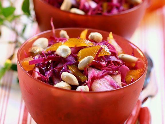 Rotkohlsalat mit Erdnüssen und Äpfeln