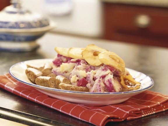 Rotkraut-Kartoffelpüree mit Bratwurst und Apfelscheiben