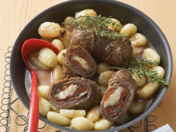 Rouladen auf mediterrane Art mit Käse und Tomaten gefüllt