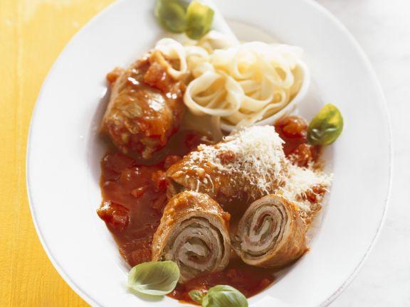 Rouladen mit würziger Tomatensoße und Nudeln