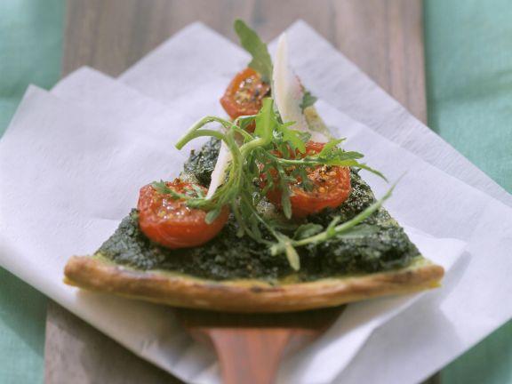 Rucola-Pizza mit Cocktailtomaten und Parmesan